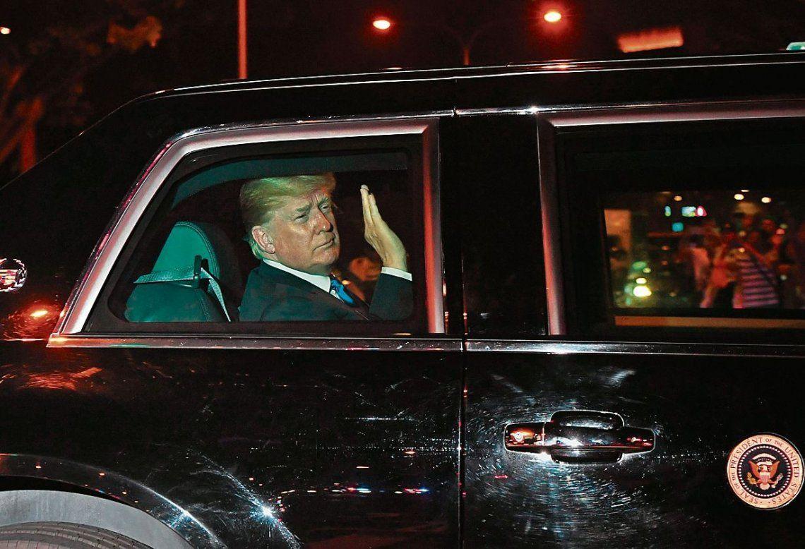 dTrump saluda a la llegada a su hotel en Singapur
