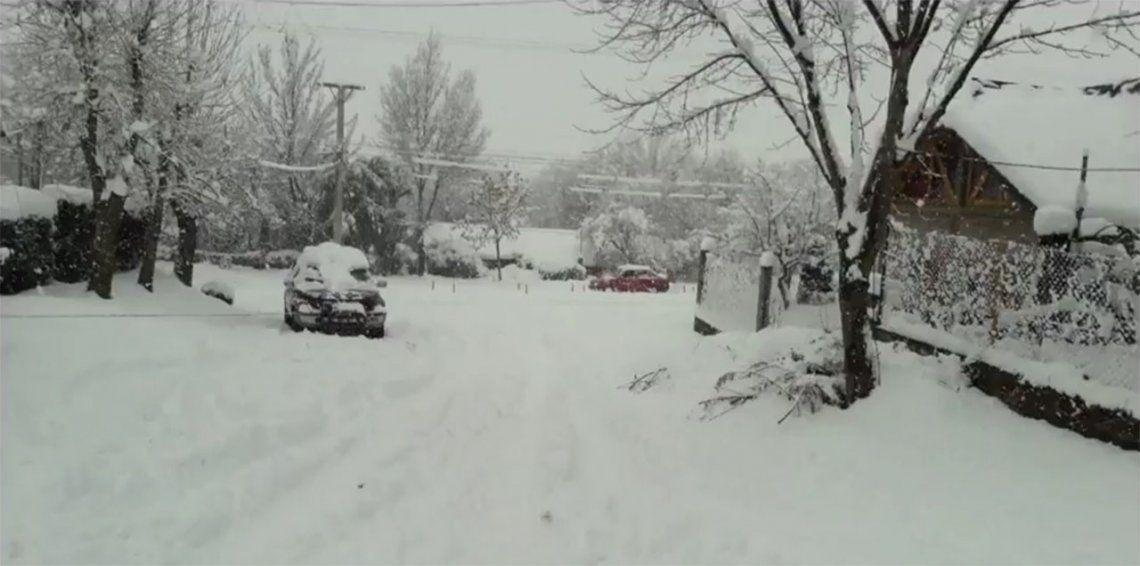Clases suspendidas y rutas cerradas en varias ciudades de la Patagonia por temporal de nieve