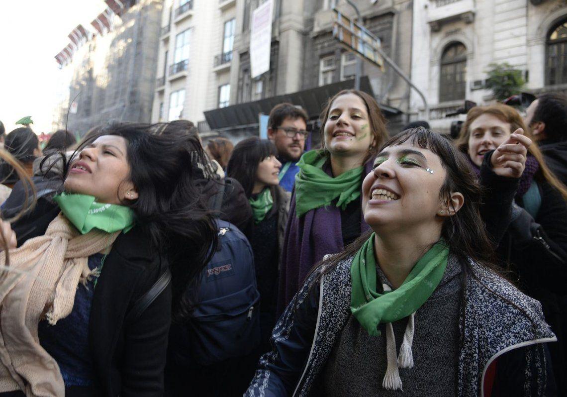 Aborto: a favor y en contra, las postales de las manifestaciones frente al Congreso a la espera de la votación