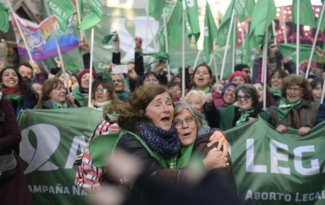 Pañuelos, gritos y festejos después de la votación a favor de la legalización del aborto