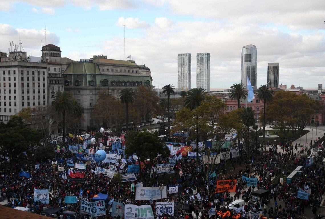 No dar tregua en la calle, la estrategia de la oposición