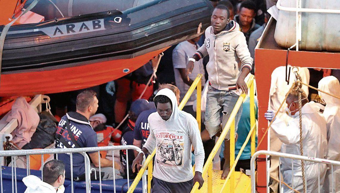 dMigrantes bajan del Lifeline