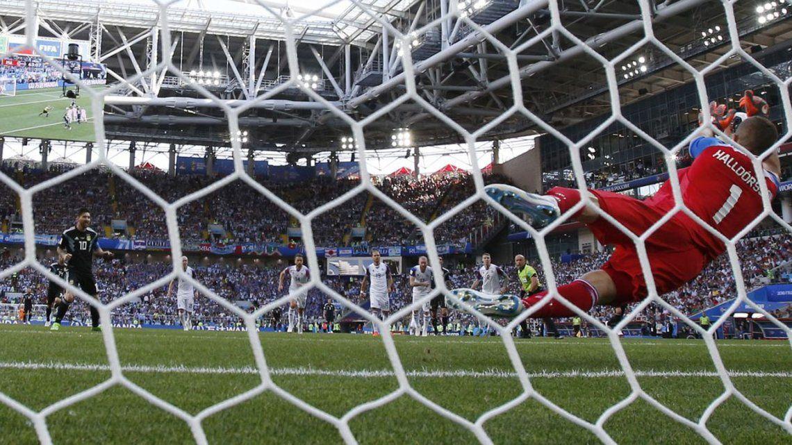 El arquero islandés que le atajó el penal a Messi va a jugar en Azerbaiyán