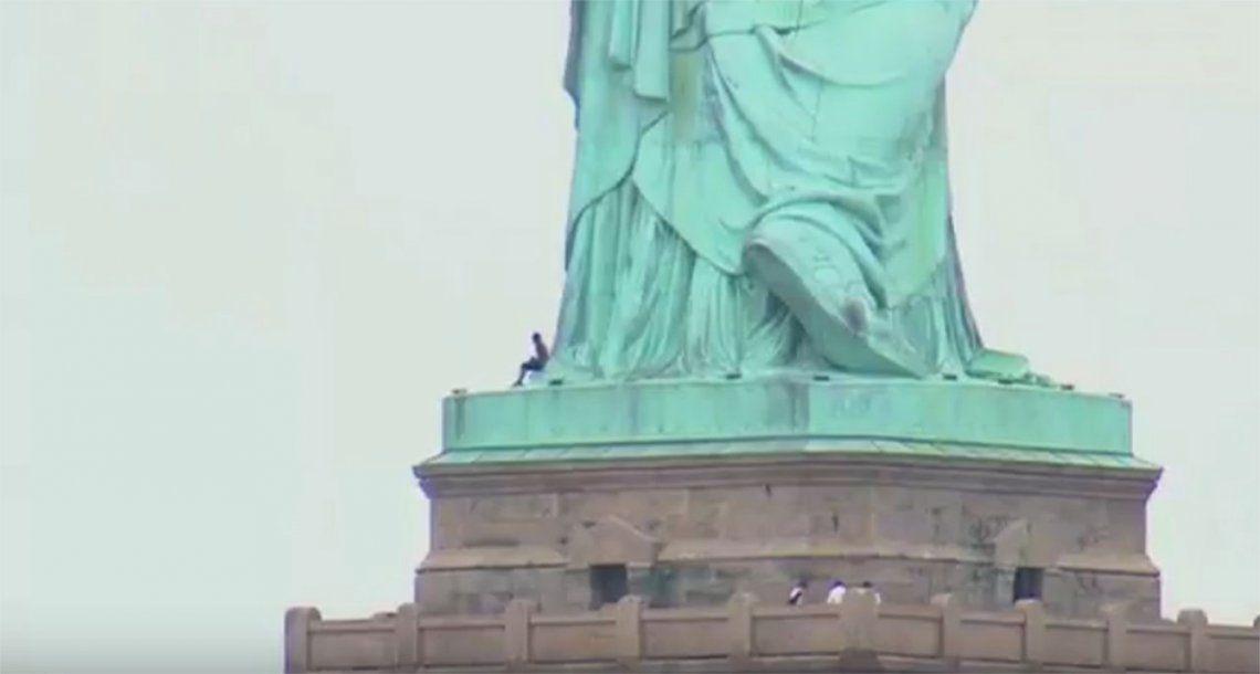 Mujer escaló Estatua de la Libertad para protestar contra Trump