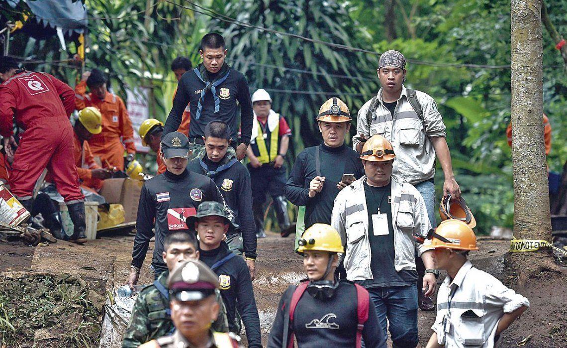 dTécnicos y socorristas tailandeses continuaban con las operaciones cerca de la cueva.