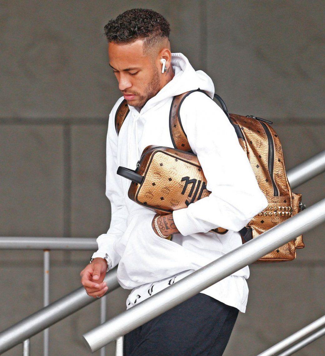 Neymar emprende la retirada de Rusia: del hotel rumbo al aeropuerto para el regreso a casa.