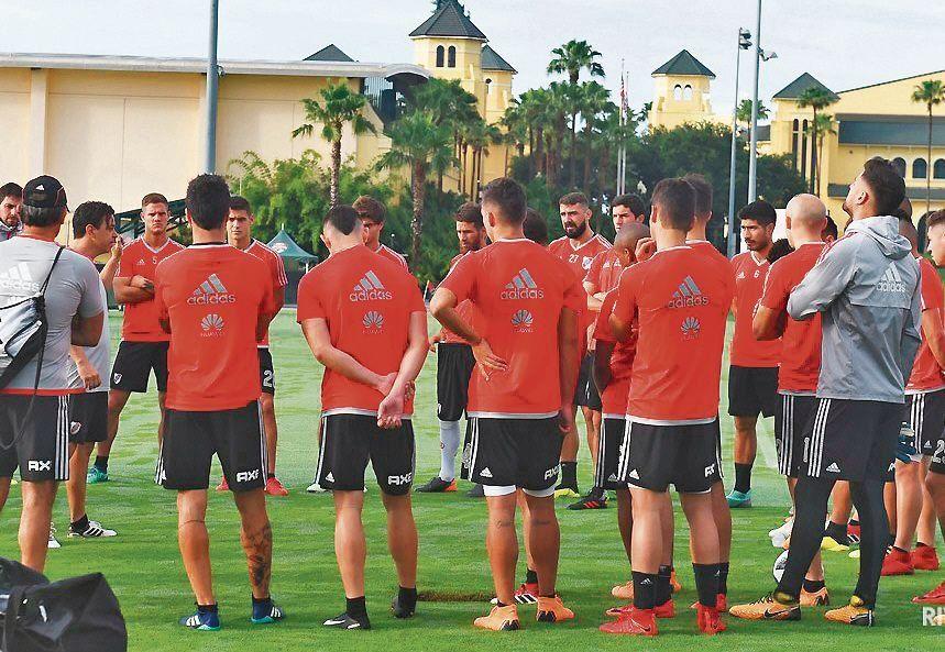 dMarcelo Gallardo y sus jugadores en una de las sesiones de entrenamiento en Orlando