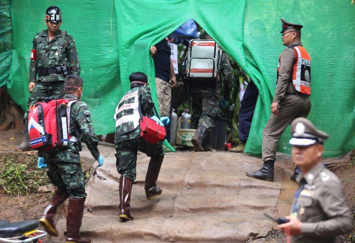 Rescataron a ocho chicos de la cueva y seguirán el martes