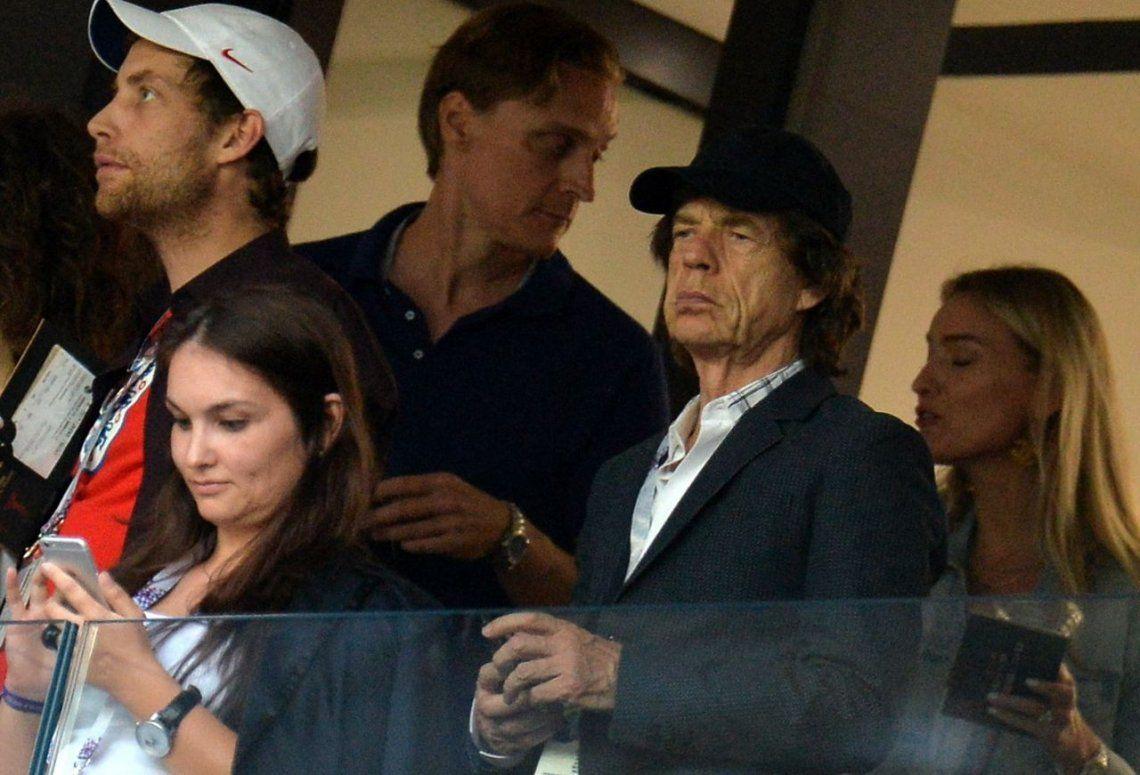 Los diarios de Gran Bretaña acusan a Mick Jagger de piedra, y no rodante...
