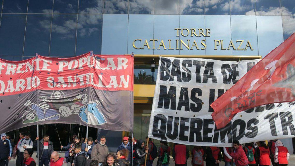 Organizaciones sociales protestaron frente a la sede de JP Morgan de Puerto Madero