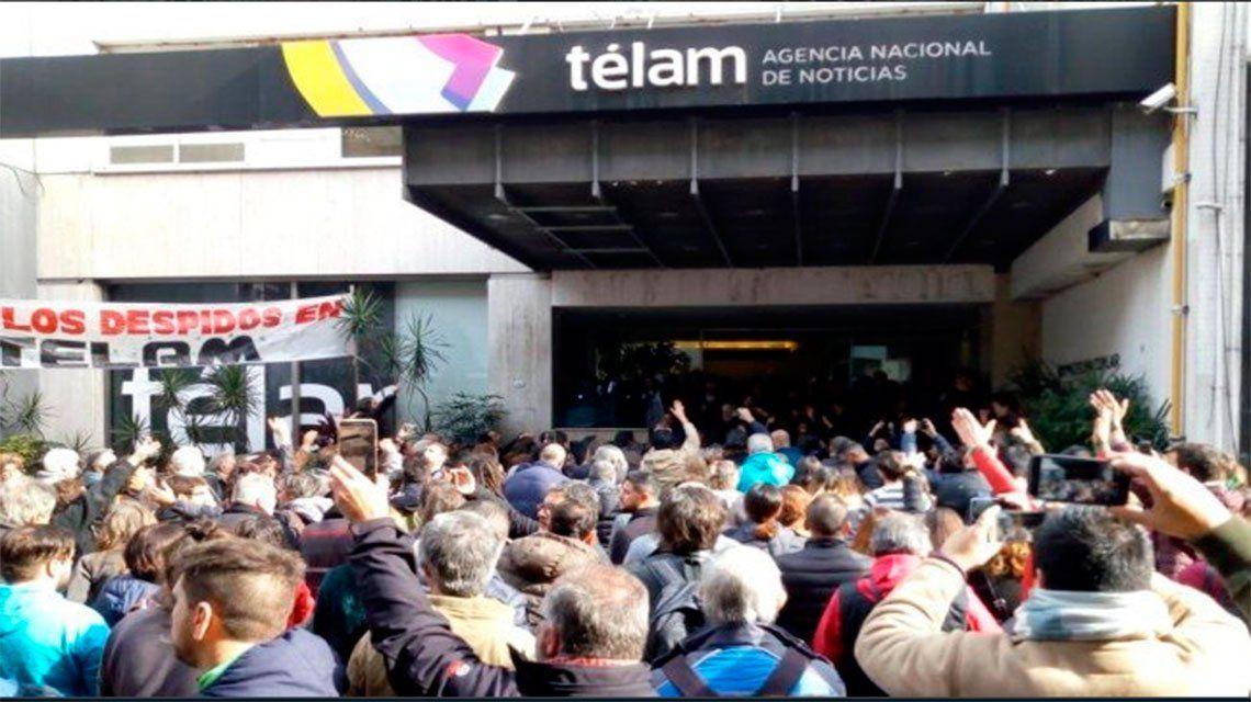 Ordenan revocar los despidos masivos en Télam