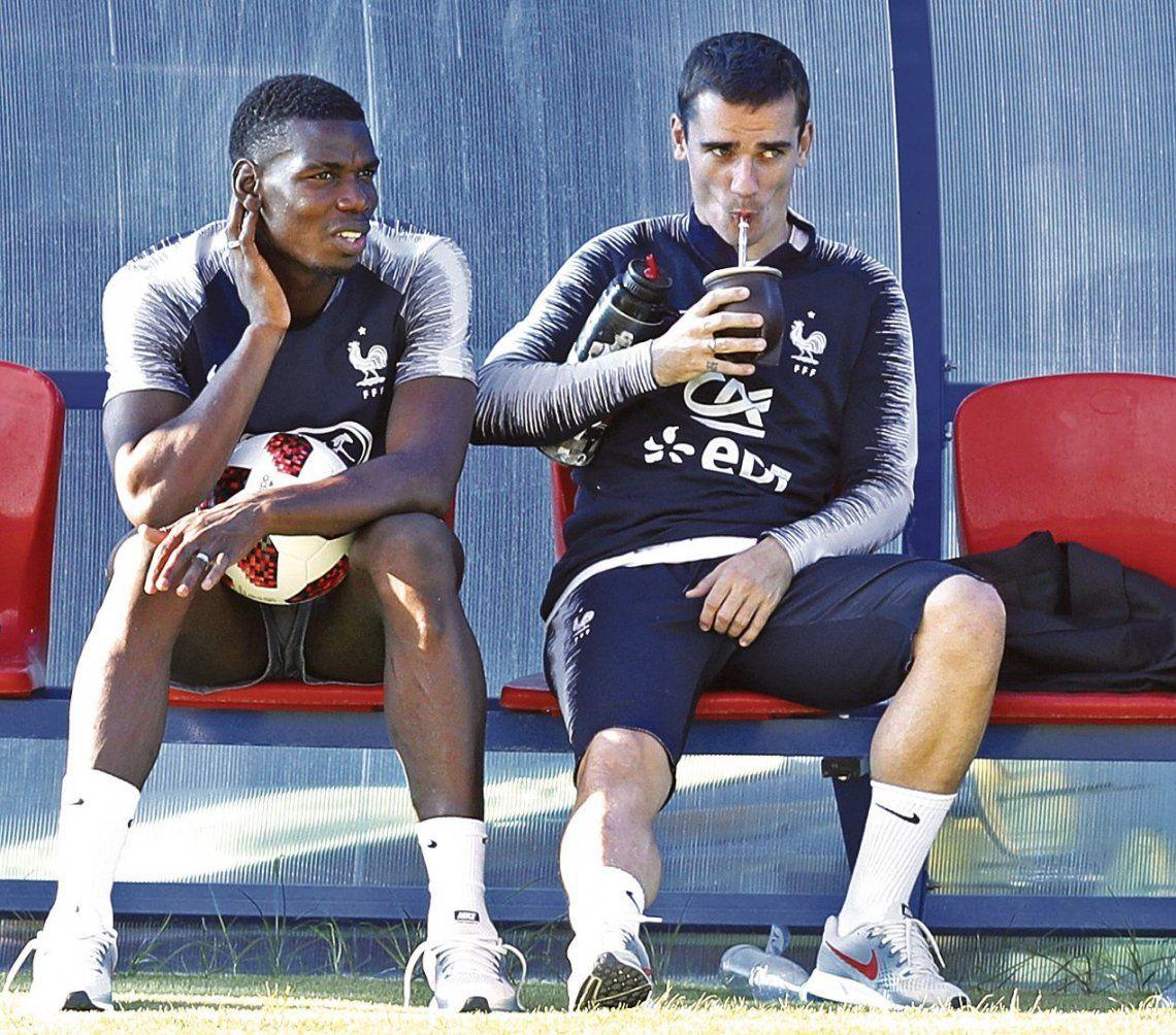 Antoine Griezmann toma mate sentado junto a Paul Pogba. Más que francés parece uruguayo.