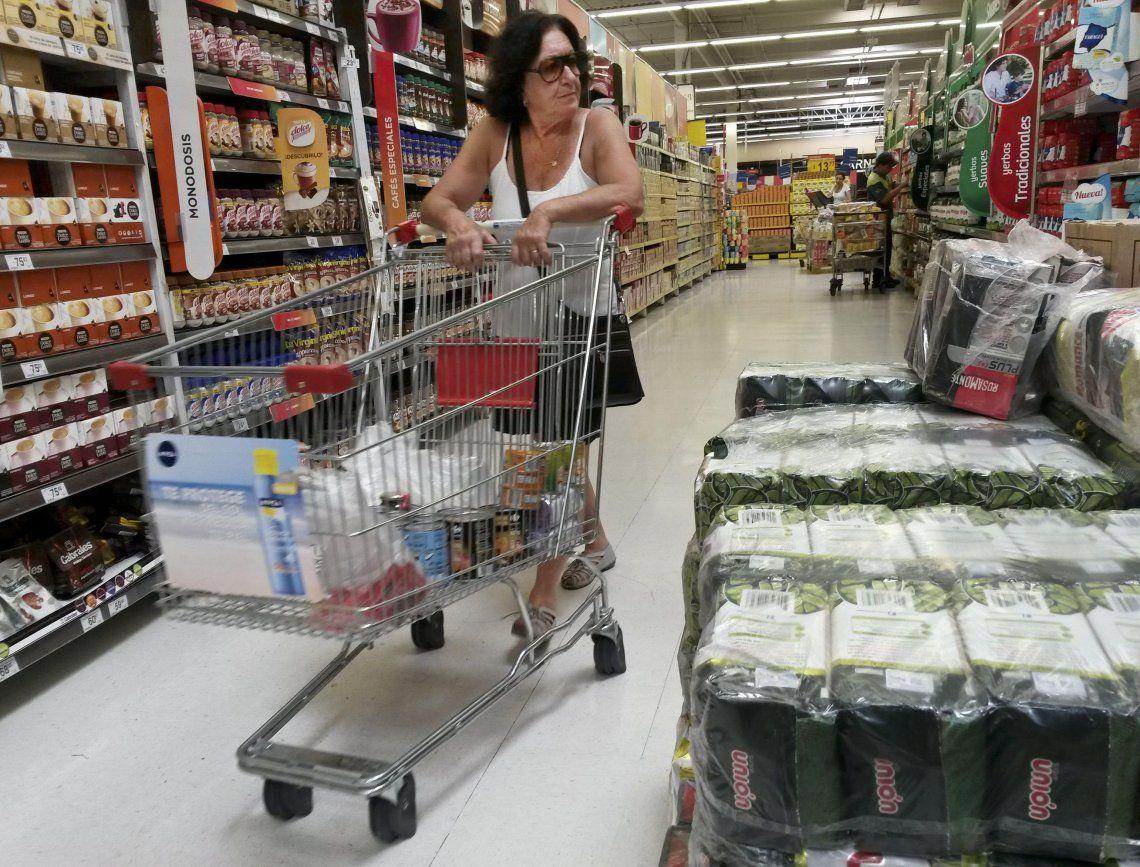 Por la escalada del dólar, supermercados y mayoristas remarcan un 15% los importes