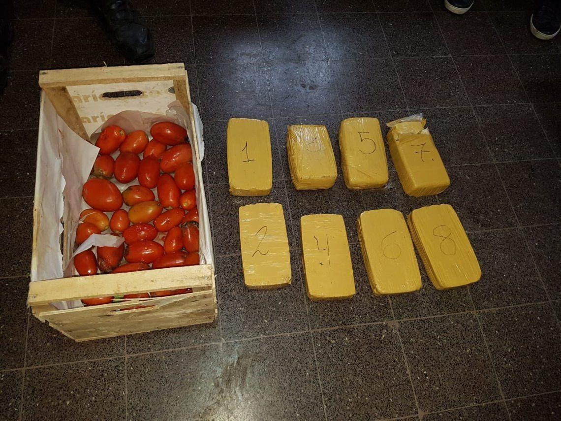 Intentaron ingresar a una cárcel 8 kilos de cocaína en un cajón de tomates en Florencio Varela