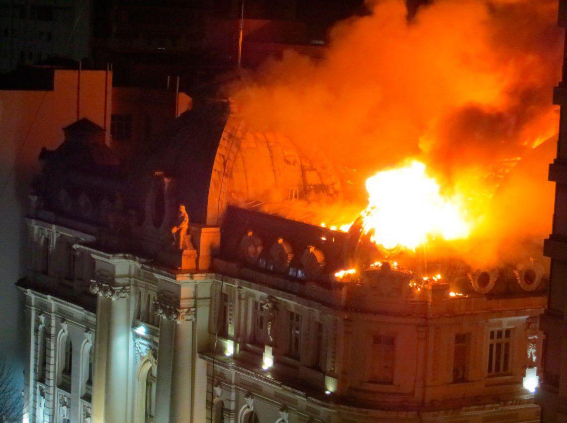 Se incendió el histórico edificio del Banco Nación en Bahía Blanca