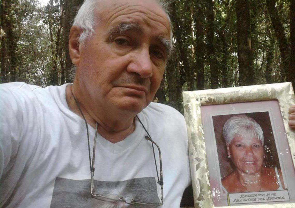El viudo que lleva la fotografía de su mujer a ver el mar todos los dias