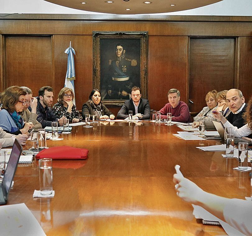 dHubo una reunión de funcionarios para acordar la nueva estrategia.
