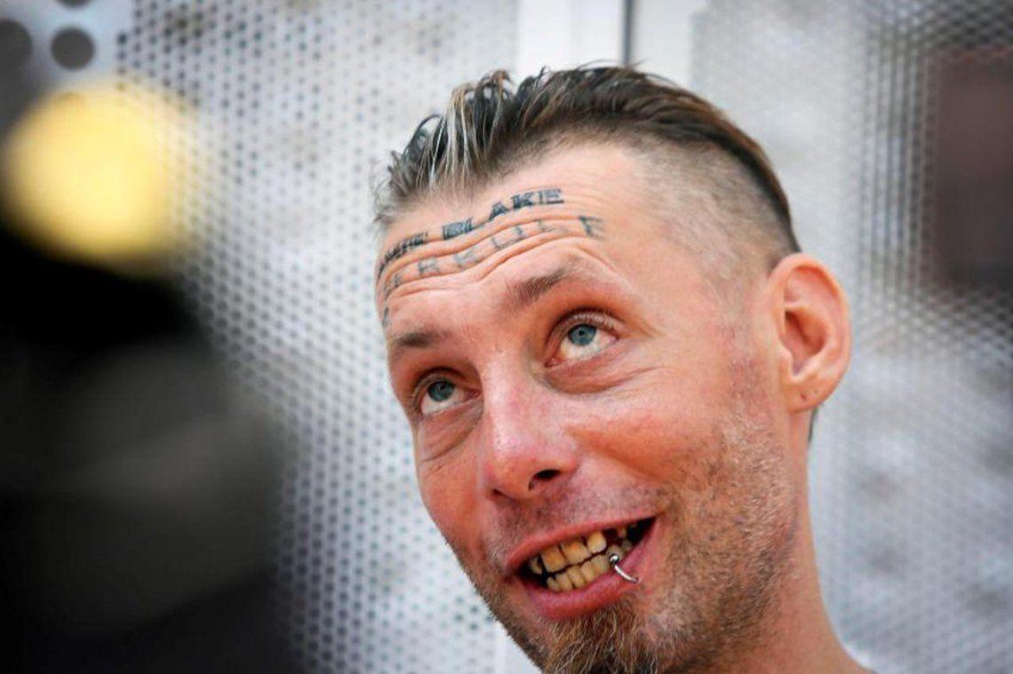 El indigente dice que no recuerda qué pasó y pide que el tatuador vaya preso