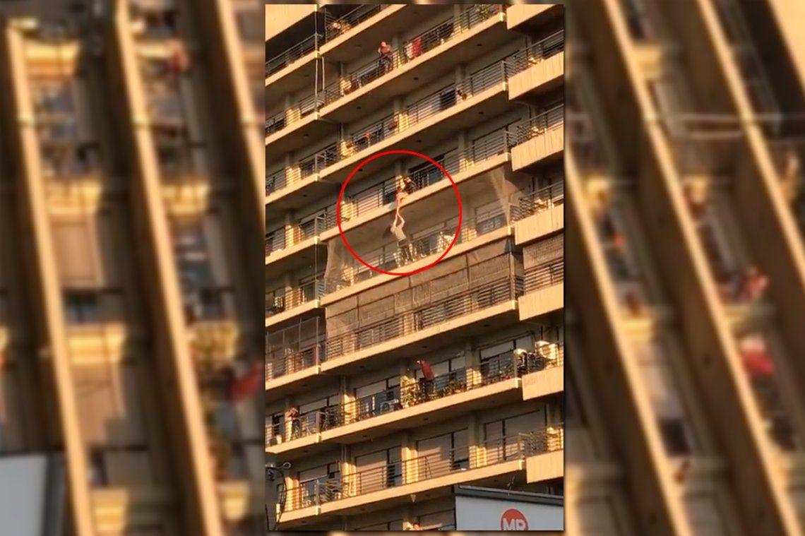 Rescataron a un nene de ocho años que quedó colgado de un balcón