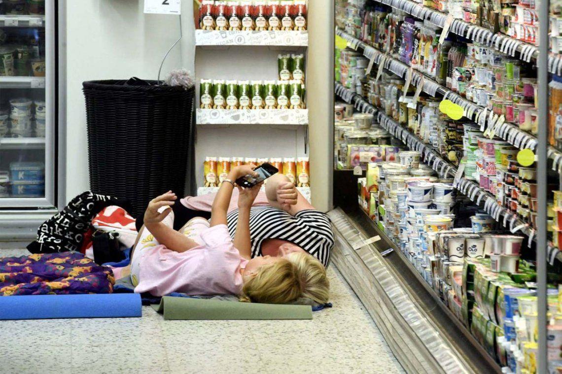 Las condiciones que puso un supermercado que permitió que sus clientes se quedaran a dormir