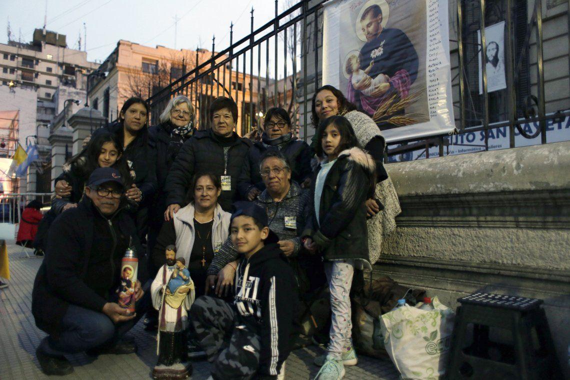 Cientos de fieles acampan para pedirle a San Cayetano