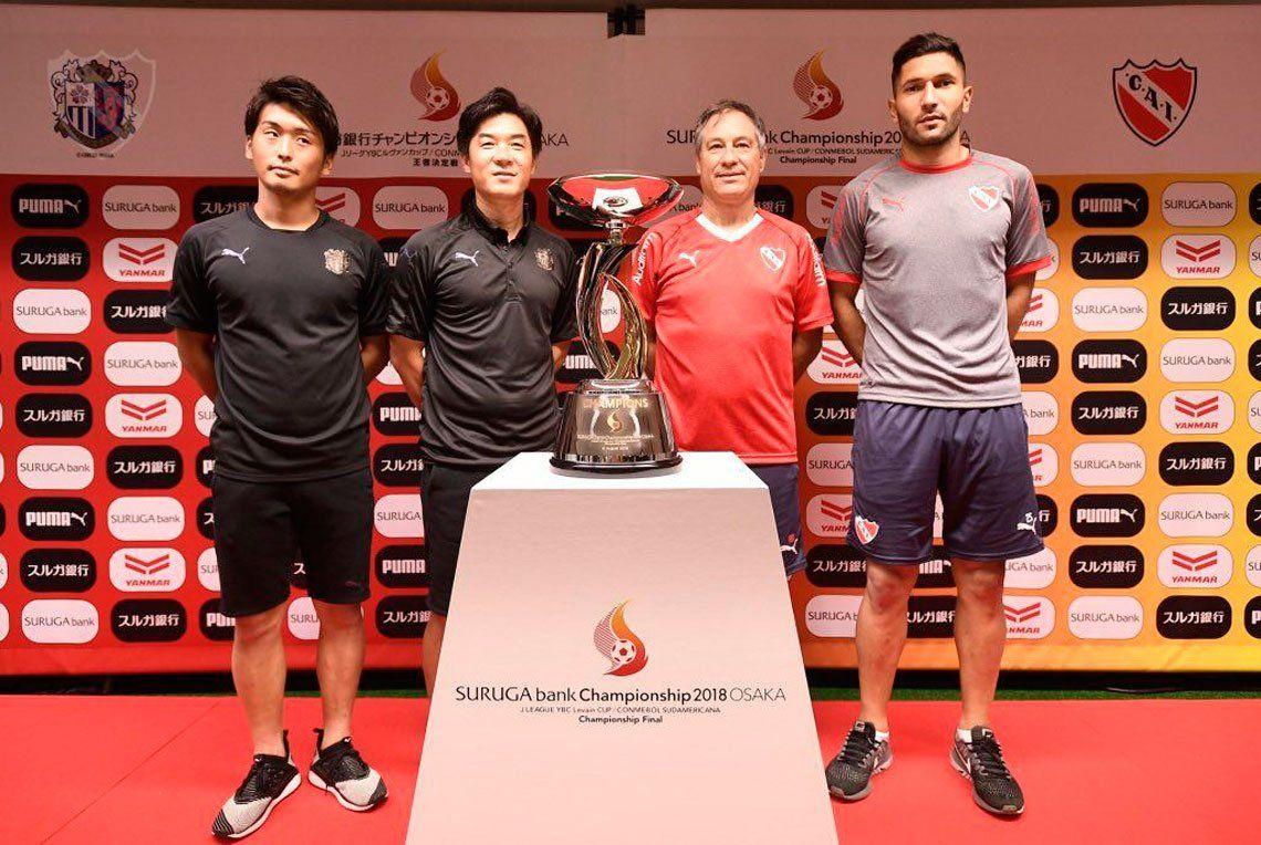 Holan y Campaña posan con la Copa Suruga Bank