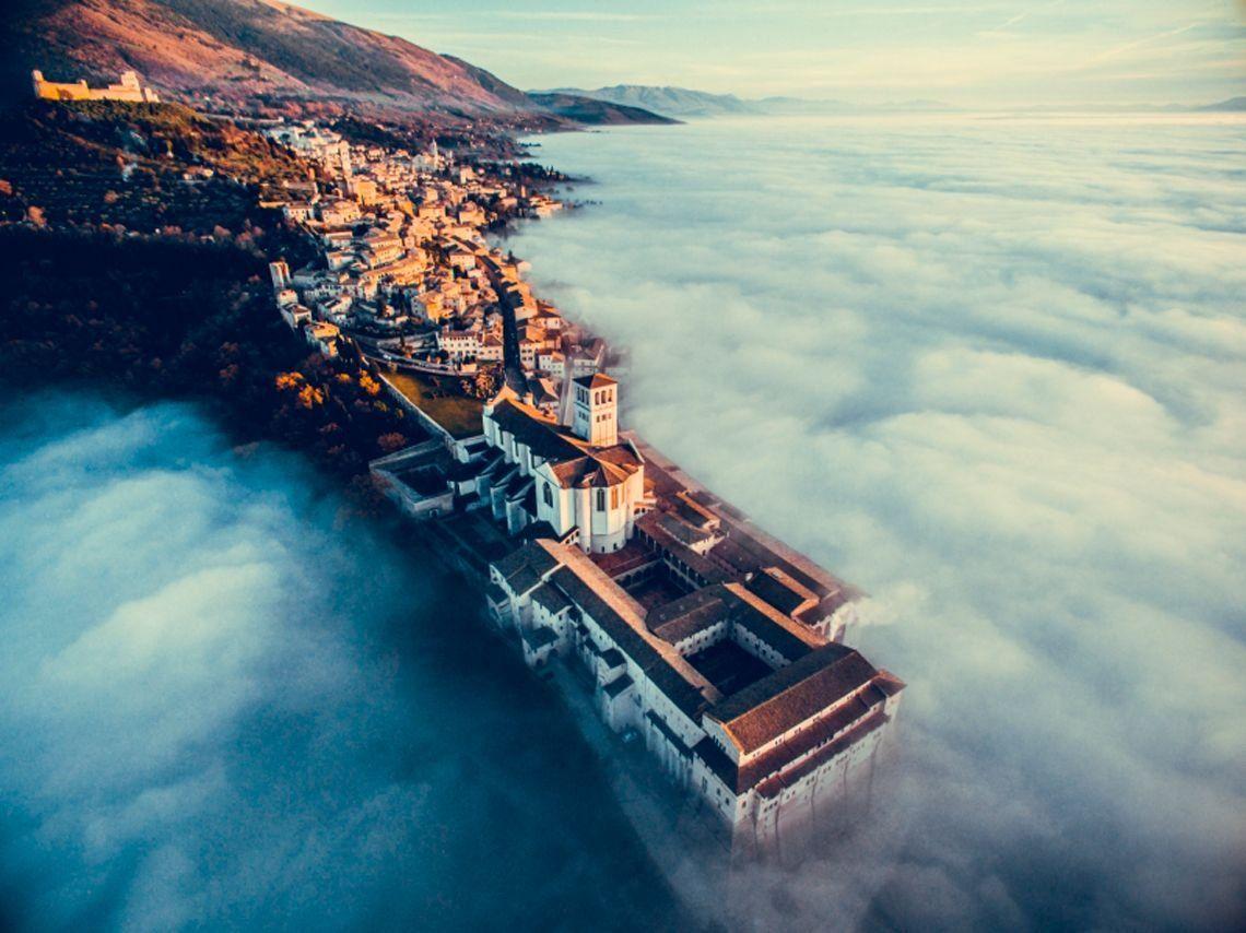 Assisi sobre las nubes.