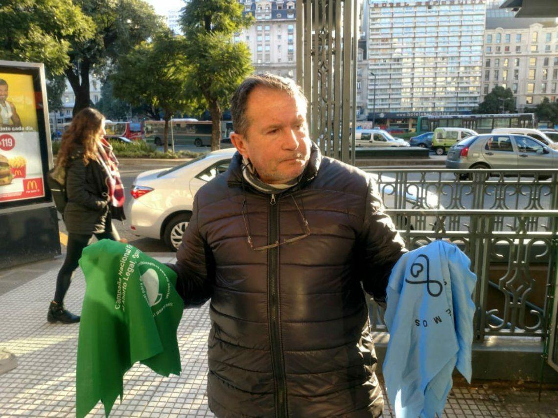 El desafío de vender pañuelos celestes y verdes en tiempos de votación