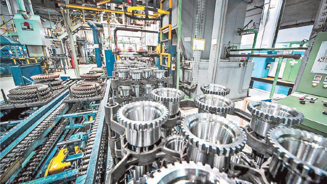 La actividad industrial cayó 13,3% y la construcción 15,9% en noviembre según el Indec