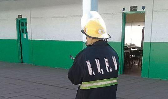 dLos Bomberos de Allan evacuaron y realizaron tareas de prevención en la Secundaria 41.
