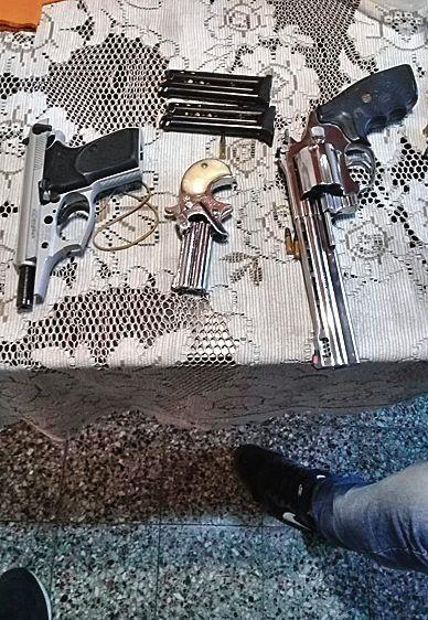 dLe secuestraron tres armas.