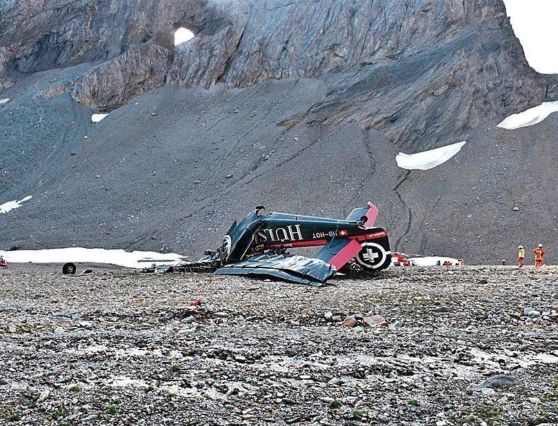dEl viejo avión suizo que se precipitó a tierra. Murieron todos sus pasajeros.