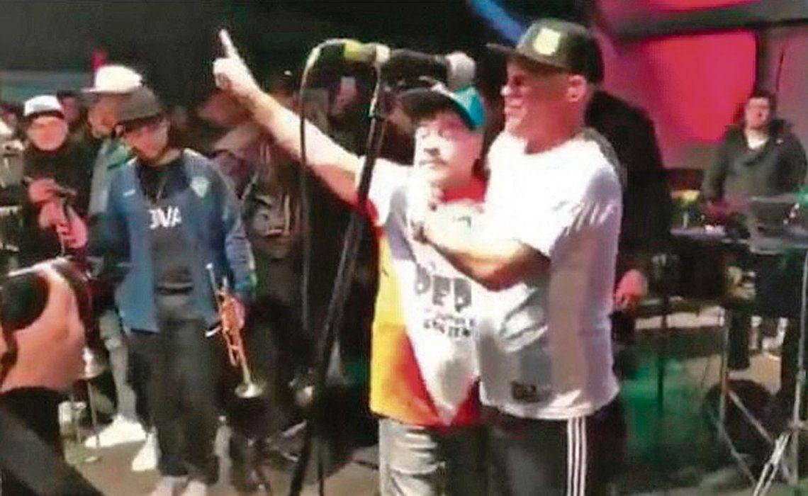 dDiego en el baile de San Miguel donde cantaba el Pepo. No dudó en subirse al escenario y cantar con él.