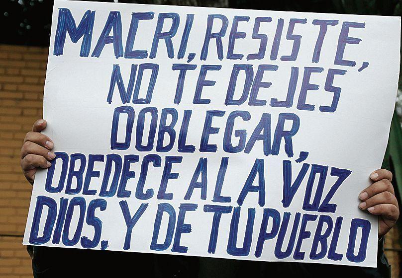 dUn cartel provida y de reclamo a Macri durante una marcha en Perú.