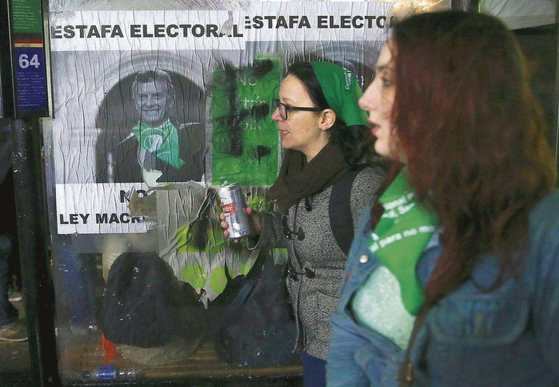 dDos manifestantes pro aborto se retiran de la plaza frente al Congreso.