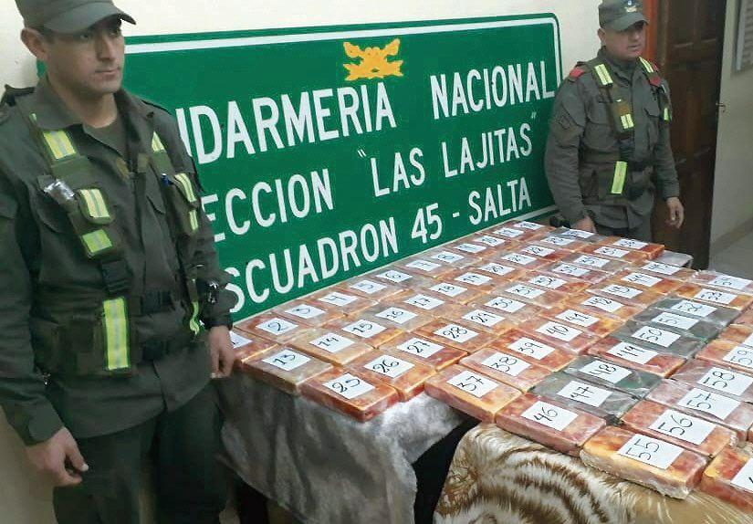 dDos gendarmes custodian la droga secuestrada.