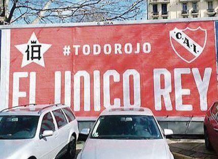 AFICHES CON TINTA ROJA EN LA CIUDAD
