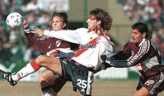 Los futbolistas de Platense posan antes del partido ante Lamadrid que los depositó en octavos.