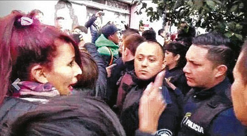Choque, golpes y escándalo con tres efectivos policiales