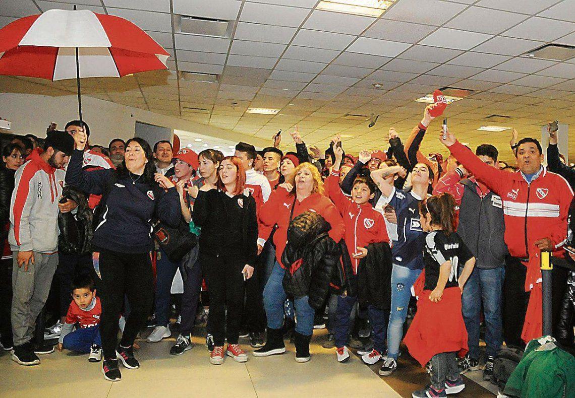 En cada rincón del aeropuerto de Ezeiza hubo hinchas de Independiente.