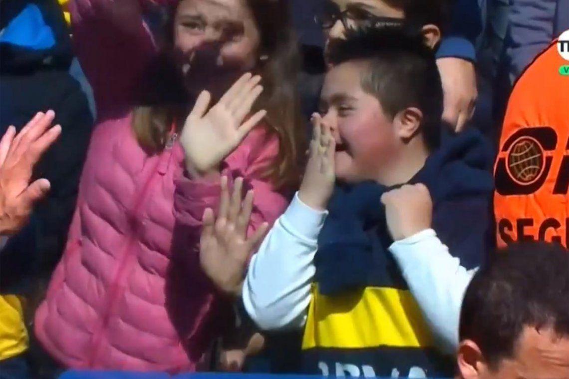 La polémica mano de Pablo Pérez y el gesto de Tevez con un niño en la tribuna
