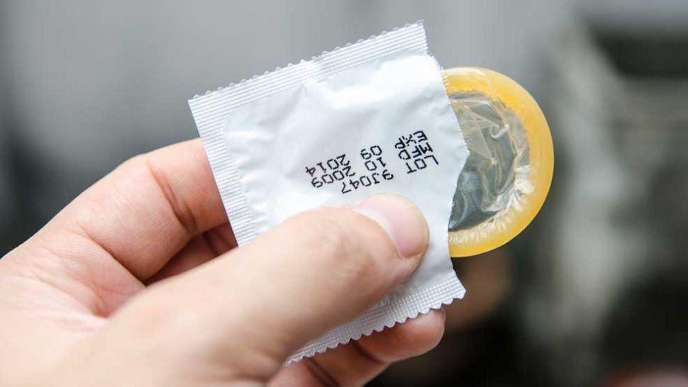 Repartió preservativos en la escuela y fue sancionado