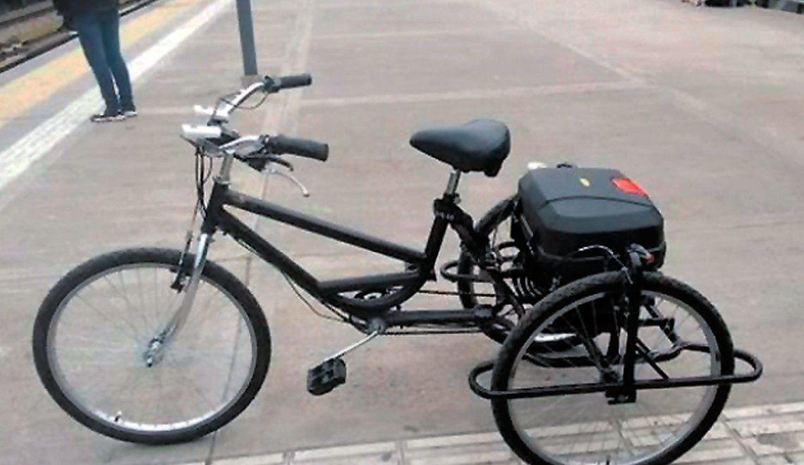 Le roban una bici adaptada a un joven discapacitado