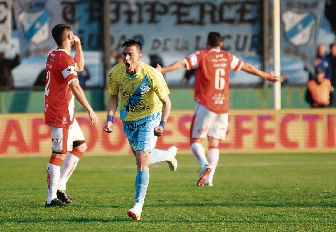 Leandro González grita uno de sus goles. Lo sufren Villarino y Basterrechea.