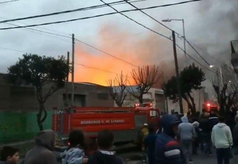 Impresionante incendio en Gerli: se derrumbó una pared y hubo explosiones