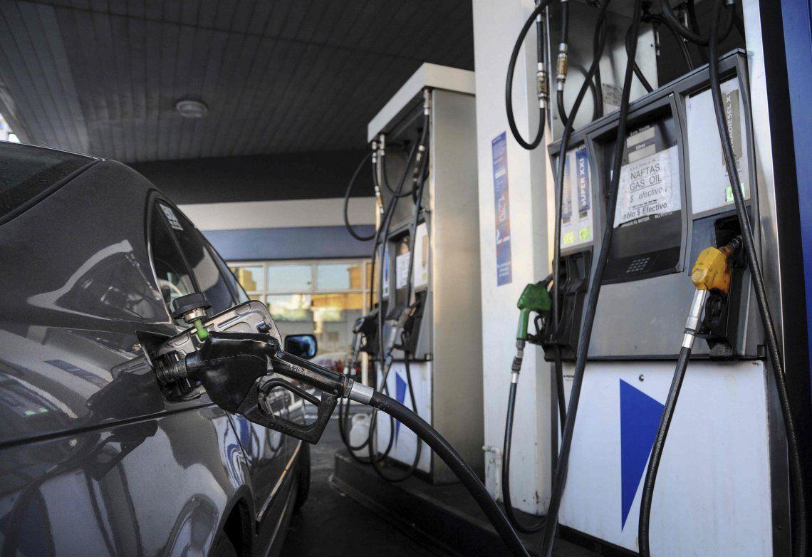 Por segunda vez en quince días aumenta la nafta  de YPF