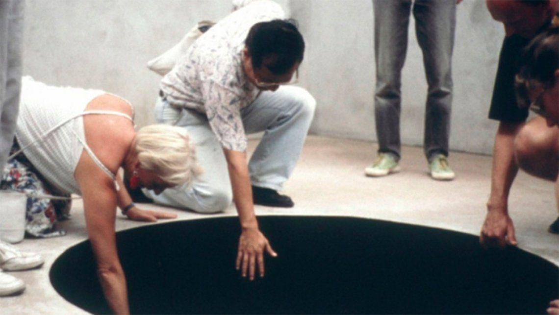 Insólito accidente en un museo: se cayó adentro de una obra de arte