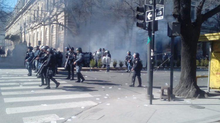Incidentes frente a la Gobernación de Buenos Aires en La Plata