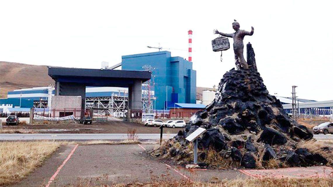 Escribieron chorro devolvé en un monumento de Néstor Kirchner y le colgaron una valija del brazo