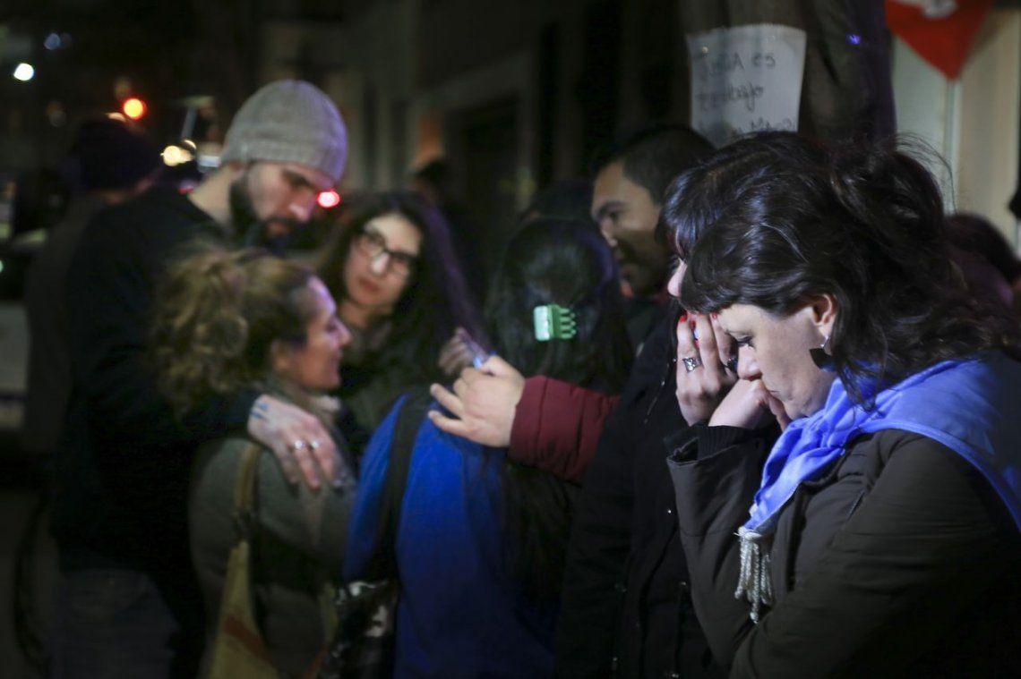 Simpatizantes de Cristina Kirchner hacen una vigilia en su domicilio de Recoleta
